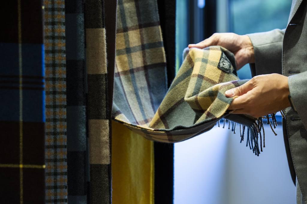 タータンやツイードなど無数にある過去の色柄が収蔵されていて圧巻でした。